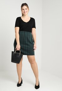 Zalando Essentials Curvy - T-shirts basic - black - 1