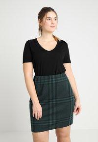 Zalando Essentials Curvy - T-shirts basic - black - 0