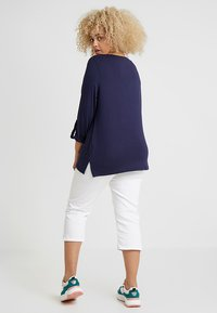Zalando Essentials Curvy - Slim fit jeans - white - 2