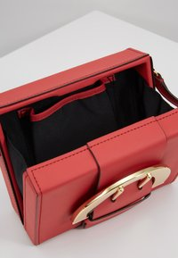 ZAC Zac Posen - BUCKLE LARGE BOX CROSSBODY - Umhängetasche - apple - 4