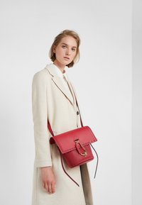 ZAC Zac Posen - BELAY CROSSBODY PERFORATION - Umhängetasche - chili pepper - 1
