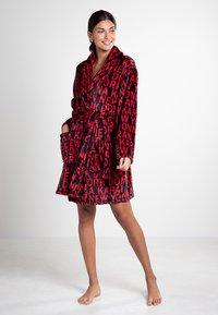 DKNY Loungewear - Bademantel - cranberry token - 0
