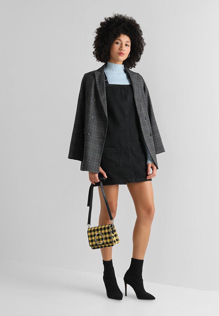 New Look - CHARLOTTE BUCKLE PINNY - Spijkerjurk - black