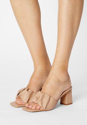 JAYLA - Pantofle na podpatku - camel