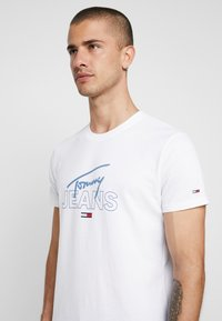 Tommy Jeans - SCRIPT LOGO TEE - Print T-shirt - classic white - 4