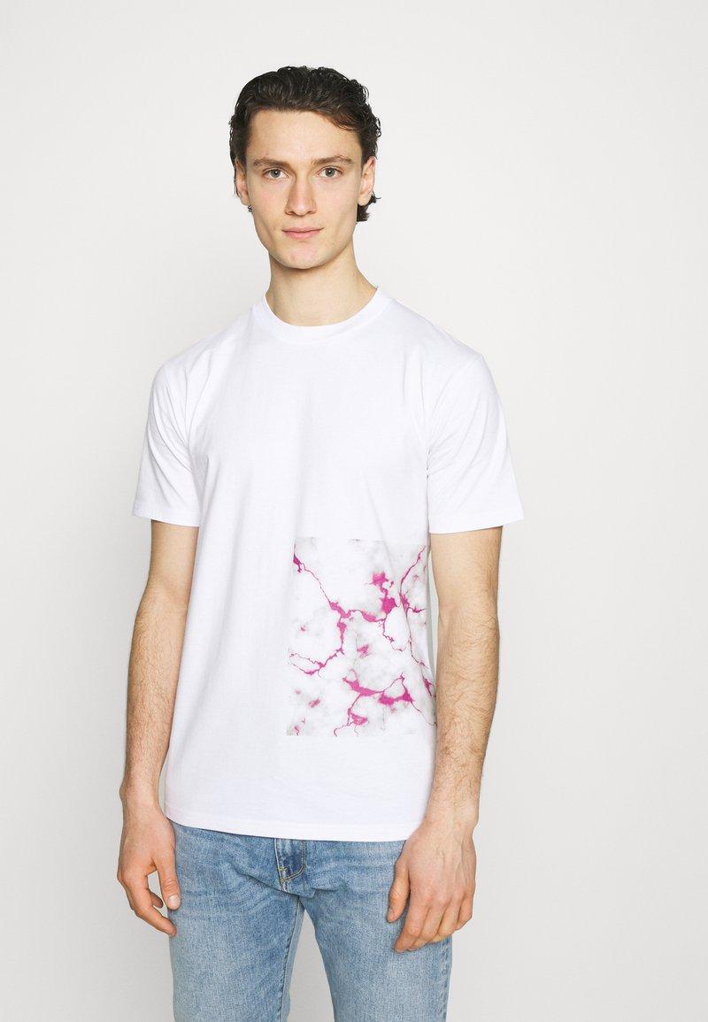 YAVI ARCHIE - BARCODE - Print T-shirt - white