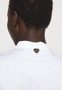 TWINSET - ABITO MORBIDO IN COMFORT - Shirt dress - bianco ottico - 3