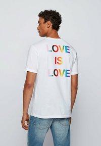 BOSS - TLOVE  - Print T-shirt - white - 2