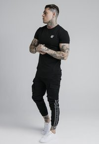 SIKSILK - FITTED TAPED CUFF CARGO - Pantaloni cargo - black - 1