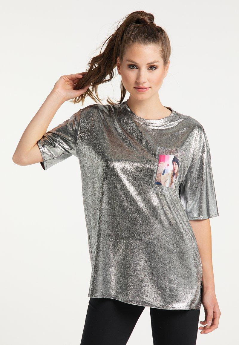myMo at night - Print T-shirt - silber