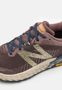 New Balance - HIERRO - Trail running shoes - brown - 5