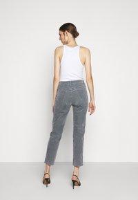 CLOSED - PEDAL PUSHER - Pantalones - grey stone - 2