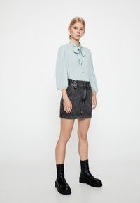 PULL&BEAR - MIT 3/4-ÄRMELN UND SCHLEIFE 05474380 - Button-down blouse - blue - 1