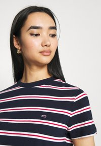 Tommy Jeans - REGULAR CONTRAST BABY TEE - Print T-shirt - twilight navy - 3