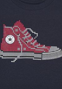 Converse - PIXEL CHUCK TEE - T-shirt z nadrukiem - obsidian - 2