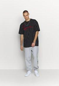 Karl Kani - SIGNATURE RETRO - Teplákové kalhoty - grey/black - 1