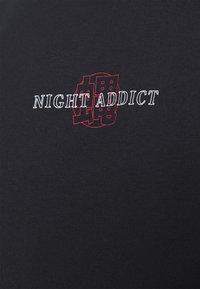 Night Addict - FLYAWAY - T-shirt con stampa - black - 4