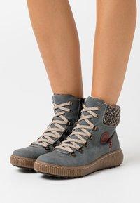 Rieker - Zimní obuv - jeans/terra/wine - 0
