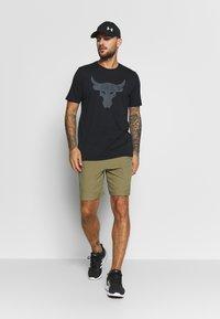 Under Armour - PROJECT ROCK BRAHMA BULL  - T-shirt imprimé - black/pitch gray - 1