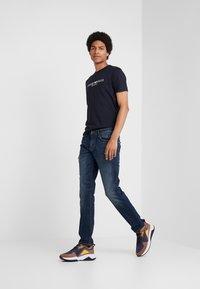Emporio Armani - EAGLE BRAND - T-shirt imprimé - blu navy - 1
