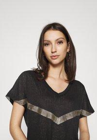 ONLY - ONYRITA PREPPY - Print T-shirt - black/gold - 3