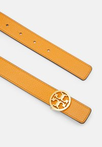 Tory Burch - REVERSIBLE LOGO BELT - Pásek - squash/cloud blue/gold - 1