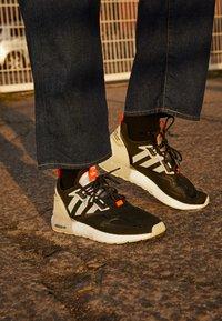 adidas Originals - ZX 2K BOOST UNISEX - Matalavartiset tennarit - core black/clear onix/clear brown - 2