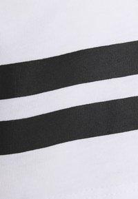 Jack & Jones Performance - JCOZDOUBLE STRIPE TEE 2 PACK - T-shirt med print - black/white - 7