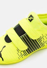 Puma - FUTURE Z 4.1 IT V JR UNISEX - Indoor football boots - yellow alert/black/white - 5