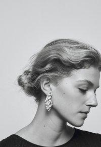 Hermina Athens - MELIES SYMMETRICAL EARRINGS - Oorbellen - gold-coloured - 1