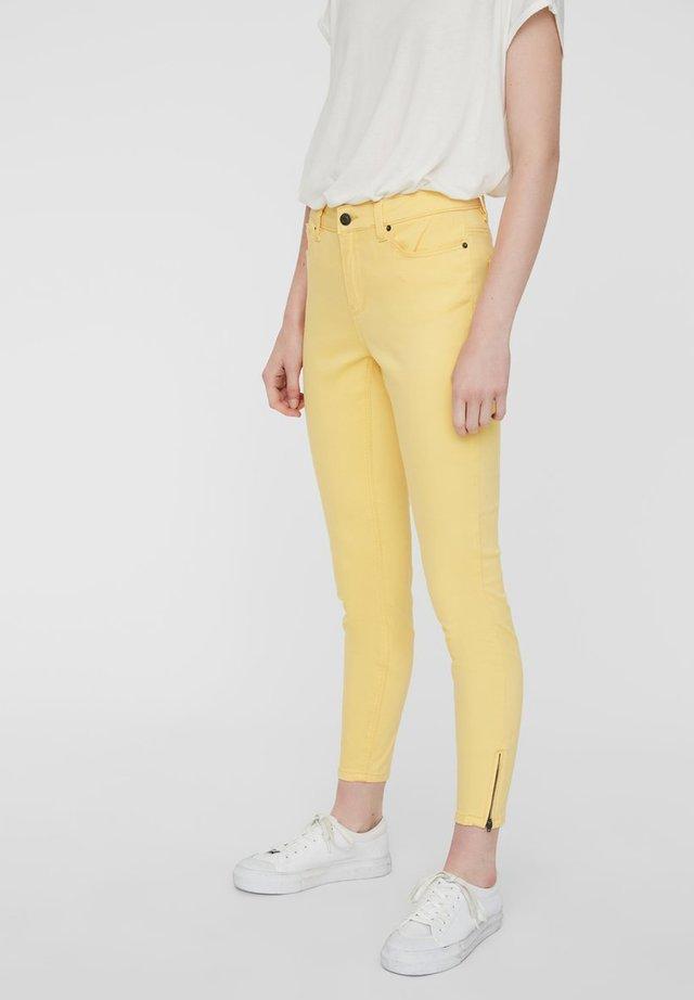 VMHOT SEVEN ZIP PANTS - Jeans Skinny Fit - banana cream
