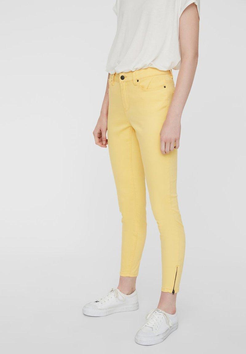 Vero Moda - VMHOT SEVEN ZIP PANTS - Jeans Skinny Fit - banana cream