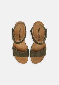 Tamaris - Sandalen met sleehak - olive - 5