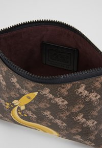 Coach - HORSE AND CARRIAGE ROCKET CHARLIE POUCH - Trousse - brown/black - 5
