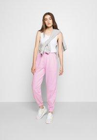 New Look - CUFFED JOGGER - Spodnie treningowe - bright pink - 1