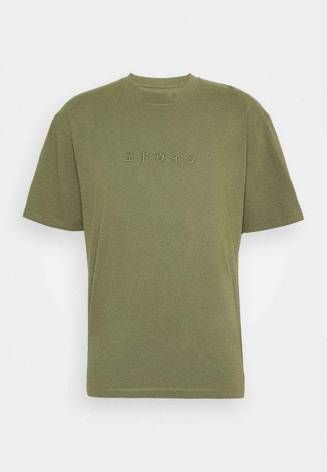 KATAKANA EMBROIDERY UNISEX  - T-shirt basique - martini olive