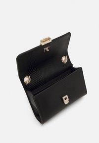 Valentino by Mario Valentino - PICCADILLY - Across body bag - nero - 2