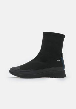 LEVEL - Kotníkové boty na klínu - schwarz