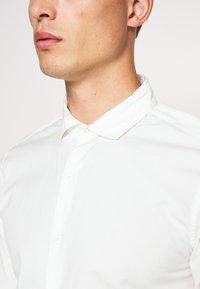 DOCKERS - SUSTAINABLE ALPHA SPREAD COLLAR - Shirt - offwhite - 5