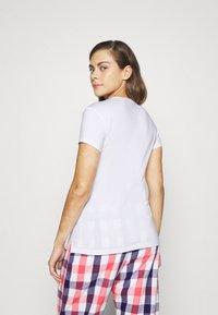 Guess - CREW NECK - Pyjama top - true white - 2