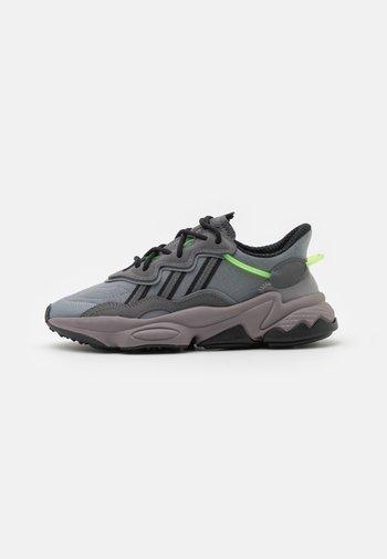 OZWEEGO UNISEX - Zapatillas - grey five/grey three/team solar green