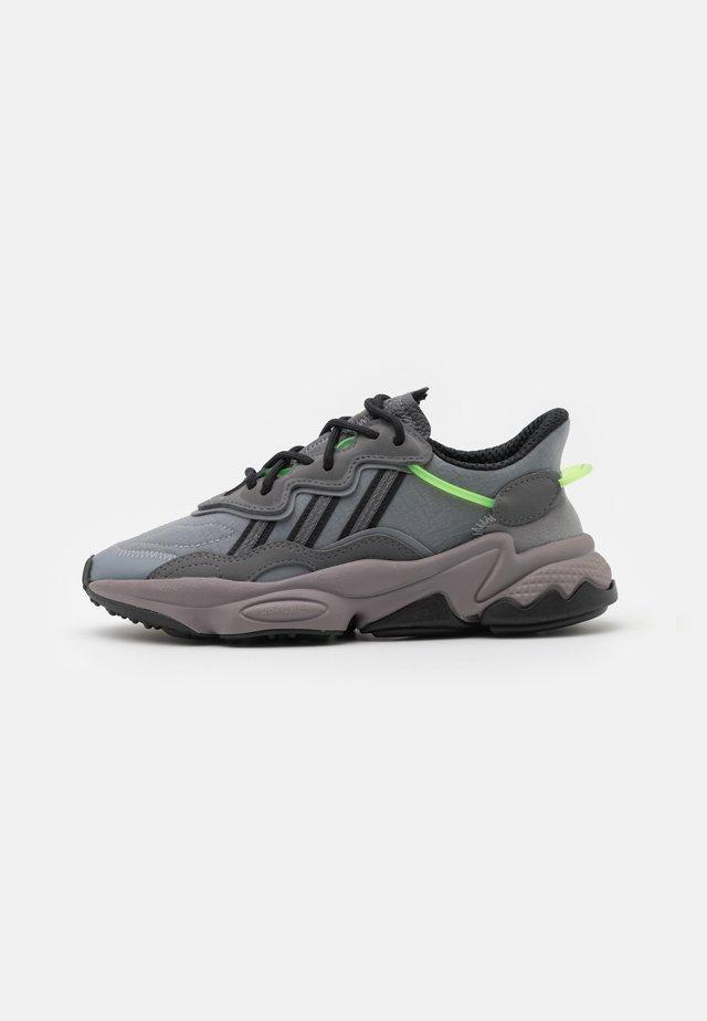 OZWEEGO UNISEX - Sneakers laag - grey five/grey three/team solar green