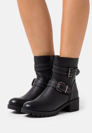 SAGITTA - Cowboy/biker ankle boot - begonia