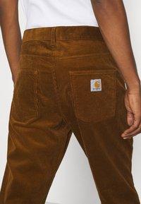 Carhartt WIP - NEWEL PANT - Tygbyxor - tawny rinsed - 4