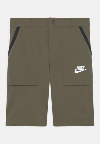 Shorts - medium olive/white