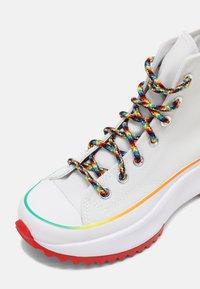 Converse - RUN STAR HIKE FIND YOUR PRIDE HIGH TOP UNISEX - Zapatillas altas - white/multi - 4