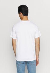Levi's® - HOUSEMARK GRAPHIC TEE - Print T-shirt - cactus fill white - 2