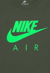Nike Sportswear - AIR TEE - Print T-shirt - carbon green - 2