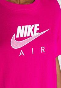 Nike Sportswear - AIR  - Printtipaita - fireberry/white - 5