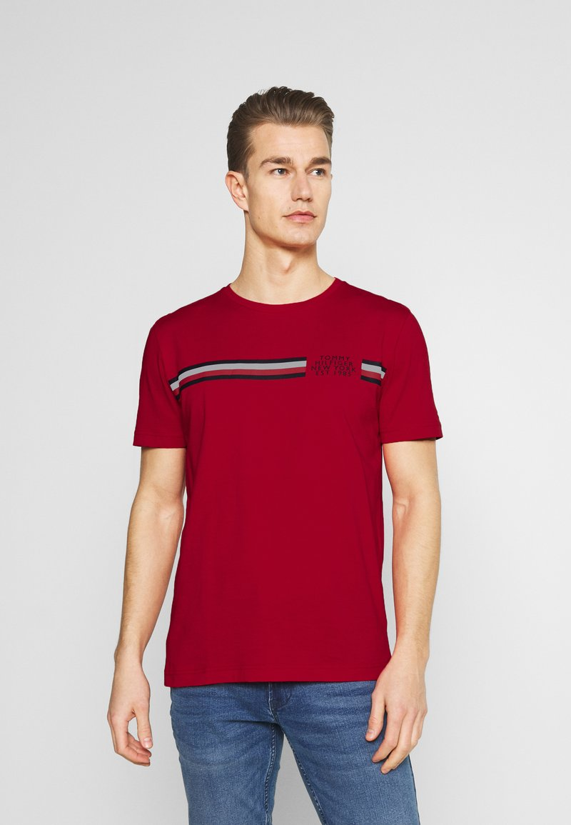 Tommy Hilfiger - CORP SPLIT TEE - Printtipaita - primary red